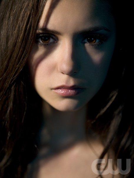 Nina Dobrev como Elena