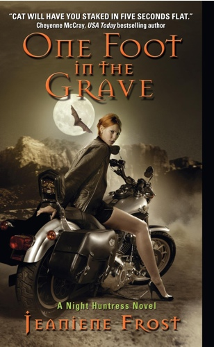 Con un pie en la tumba (One foot on the grave) - Jeaniene Frost [PDF | Español | 1.51 MB]